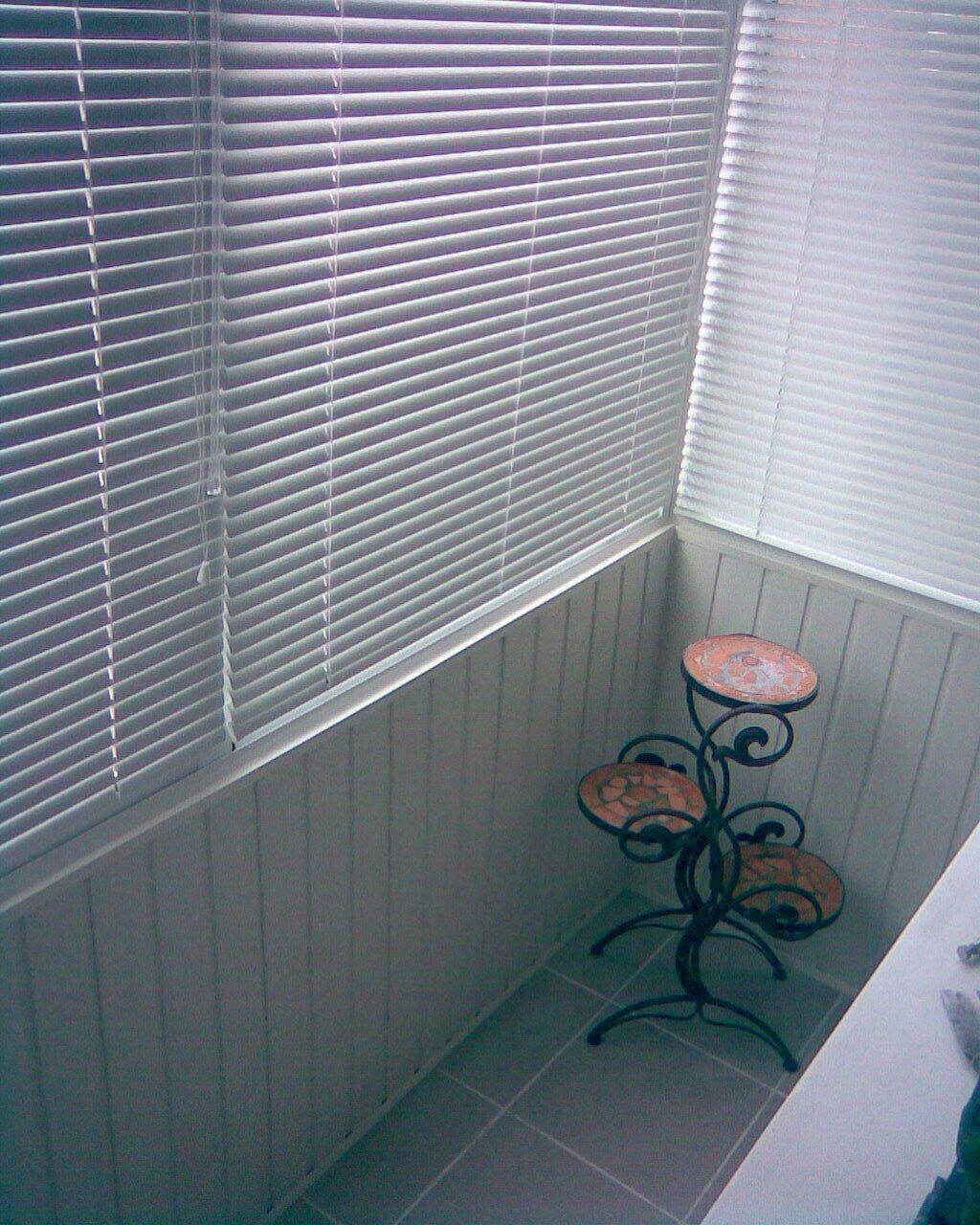 Установка горизонтальных жалюзи на балкон